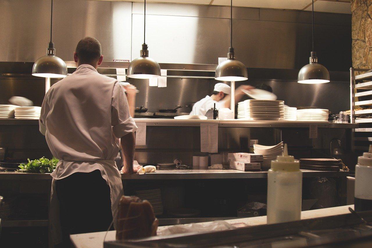 des lampes en suspension dans une cuisine