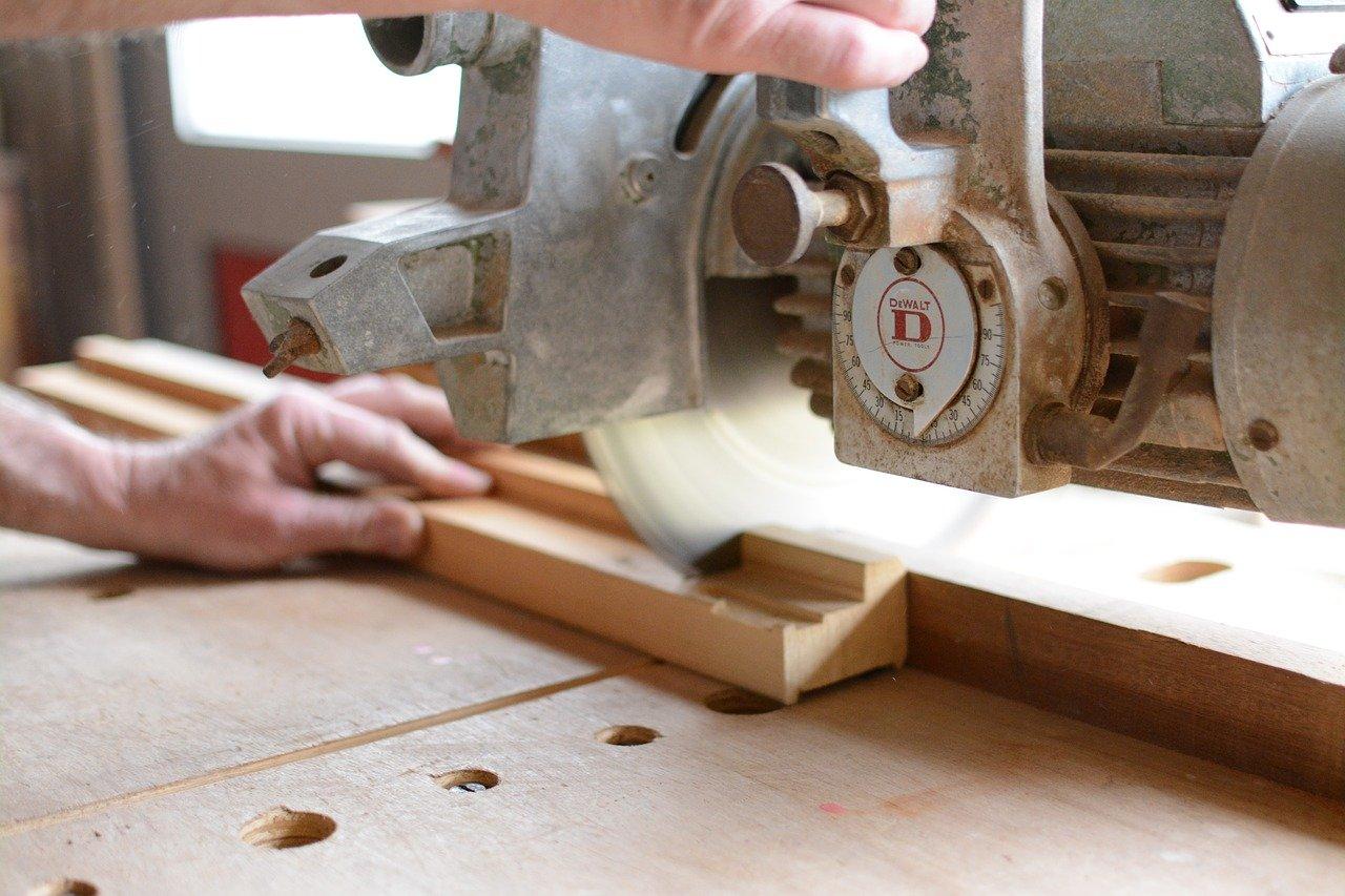 une personne qui prend un cours de bricolage du bois