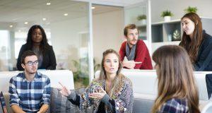 un maître d'oeuvre (équipe) en réunion avec un maître d'ouvrage