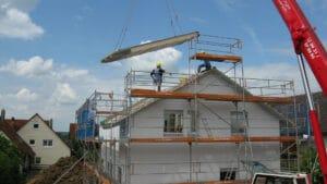 travaux sur un toit de maison