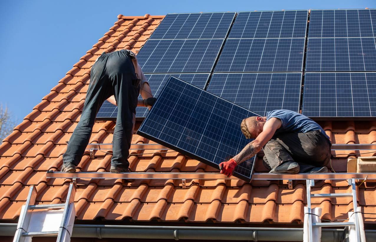 travaux de rénovation énergétique pose de panneaux solaires photovoltaïques